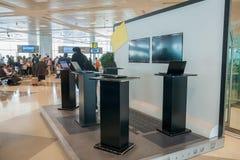 Angolo di Internet sotto forma di computer portatile in un AirPort costruzione Immagine Stock