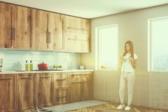 Angolo di legno bianco della cucina di stile di Scandi, donna Fotografia Stock Libera da Diritti