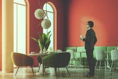 Angolo di lusso del ristorante del sofà verde, colonne, uomo Fotografia Stock Libera da Diritti