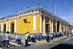 Angolo di strada e studenti gialli in uniforme, Arequipa, Perù Fotografie Stock Libere da Diritti