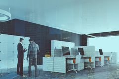 Angolo di ufficio grigio scuro dello spazio aperto della parete tonificato Fotografia Stock Libera da Diritti