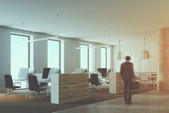 Angolo di ufficio di legno e bianco del sottotetto tonificato Immagini Stock