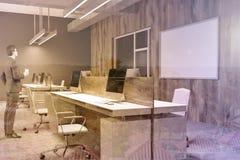 Angolo di ufficio di legno e grigio, manifesto, uomo Fotografia Stock Libera da Diritti