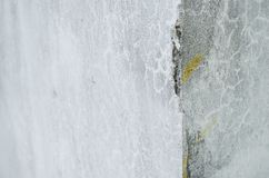 Angolo di una parete grigia rotta del cemento, struttura rotta della parete del cemento dell'interno di una casa fotografia stock libera da diritti