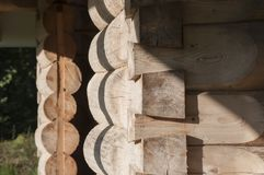 Angolo e struttura delle porte della casa di ceppo dall'abete rosso con muschio Immagine Stock