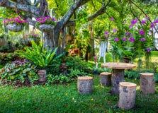 Angolo felice al giardino dei fiori e degli alberi immagini stock libere da diritti