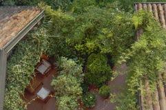 Angolo fresco e accogliente nascosto dalle piante e dai tetti immagini stock libere da diritti