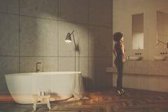 Angolo grigio del bagno delle mattonelle, vasca bianca, tonificata Fotografie Stock Libere da Diritti