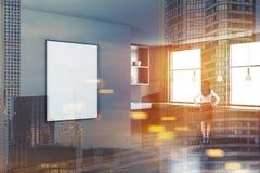 Angolo grigio della cucina, manifesto verticale, donna Fotografie Stock Libere da Diritti