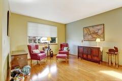 Angolo luminoso della stanza con le sedie antiche di Borgogna Immagine Stock