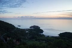 Angolo panoramico differente su Sveti Stefan Island visto dal gabinetto Immagine Stock