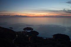 Angolo panoramico differente su Sveti Stefan Island visto dall'allerta Immagine Stock