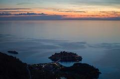 Angolo panoramico differente su Sveti Stefan Island visto dall'allerta Fotografia Stock