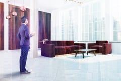 Angolo scandinavo del salone, sofà rosso, uomo Immagine Stock Libera da Diritti