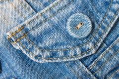 Angolo superiore del bottone dei jeans giusto con la parte della tasca su J blu-chiaro Immagine Stock