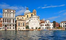 Angolo variopinto di Venezia con le vecchie costruzioni variopinte, l'architettura, il canale dell'acqua, le barche e la gente ca fotografia stock libera da diritti