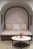 Angolo vivente di stile britannico con il sofà e la tavola contro il muro di mattoni Fotografia Stock Libera da Diritti
