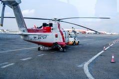 Angolska śmigłowcowa Super puma L2 dostaje przygotowywający dla lota na morzu pole naftowe obraz royalty free