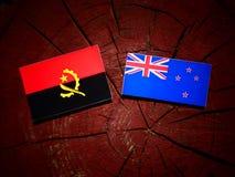 Angolska flaga z Nowa Zelandia flaga na drzewnym fiszorku odizolowywającym zdjęcie royalty free