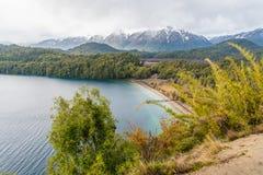 Angostura för Lago Espejo stor near villala i det Neuquen landskapet, Argentina Royaltyfri Bild