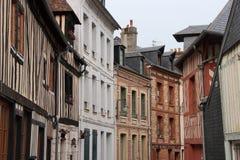 Angränsande byggnader byggdes i olika stilar i Honfleur (Frankrike) Arkivfoton
