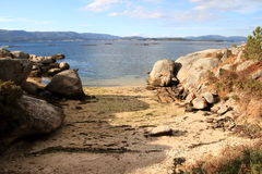 angra com a areia do ouro em Galiza, Espanha Foto de Stock