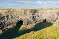 Angra Cornualha norte do vinho com mergulhar azul claro do mar e dos povos situado entre Treyarnon e Porthcothan no verão Imagens de Stock