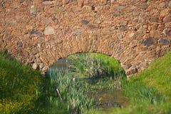 A angra corre através da parede velha fotografia de stock royalty free