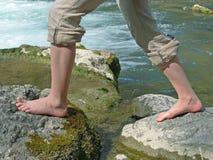 Angra da montanha e pés das meninas, fazendo o kneippism Imagens de Stock