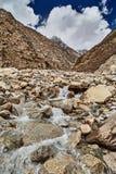 Angra da montanha em montanhas de Himalaya Foto de Stock