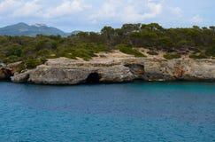 Angra do mar com uma caverna pequena do mar Fotografia de Stock
