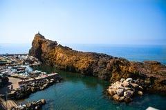 Angra italiana da pesca e do banho de sol na costa Imagens de Stock