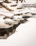 angra 18mile no córrego pequeno do inverno com tampa do gelo foto de stock royalty free
