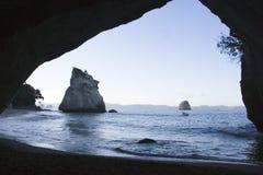 Angra Nova Zelândia de Coromandel através do arco Fotos de Stock