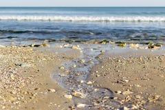Angra pequena da mola com volume de água frios no mar fotos de stock