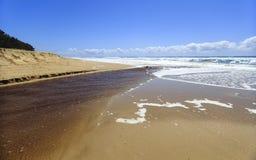 Angra que flui no Oceano Pacífico fotografia de stock