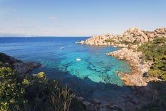 Angra rochosa da lagoa de águas de turquesa fotografia de stock royalty free