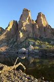 Angra tranquilo da água ao lado da montanha Imagem de Stock Royalty Free