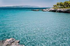 Angra tranquilo pequena com água azul calma Floresta acolhedor do pinho ao longo da baía bonita Paisagem mediterrânea idílico fotos de stock royalty free