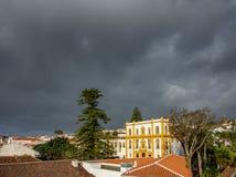 Angra tun Heroismo-Dächer und stürmische Wolken in Azoren-Inseln Stockbilder
