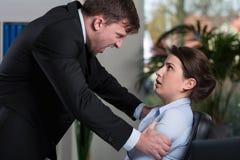 Angriff an dem Arbeitsplatz lizenzfreies stockfoto