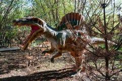 Angriff des prähistorischen Dinosauriers Spinosaurus stockfotografie