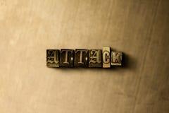 ANGRIFF - Nahaufnahme des grungy Weinlese gesetzten Wortes auf Metallhintergrund Stockfotos