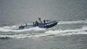 Angriffsboot, das Verfolgung während NDP 2012 gibt Stockbilder