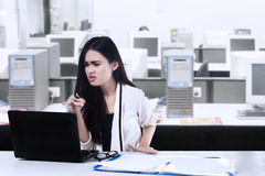 Angry woman with a laptop Royalty Free Stock Photos