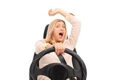 Angst aangejaagd vrouwenschot vóór een autoneerstorting stock fotografie