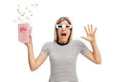 Angst aangejaagde jonge vrouw met 3D glazen en popcorn Stock Foto's