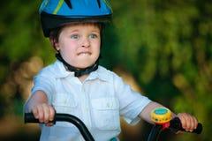 Angst aangejaagde jongen op een fiets Stock Afbeeldingen