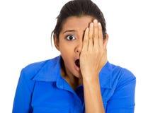 Angst aangejaagde vrouw stock afbeelding