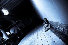 Angst aangejaagde vrouw Stock Afbeeldingen